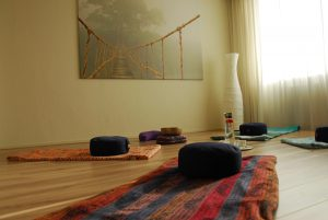 een kring met meditatiekussens